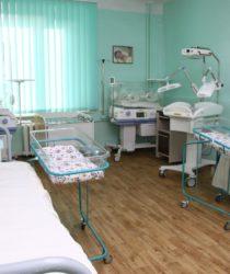 Палата іінтенсивного догляду у відділенні новонароджених з реанімаційними системами, лампами УФО та кювезами